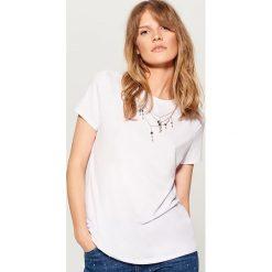 Koszulka z łańcuszkiem - Biały. Białe t-shirty damskie marki Mohito, l. W wyprzedaży za 39,99 zł.