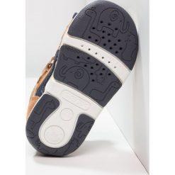 Geox SANDAL TAPUZ BOY Sandały caramel/navy. Brązowe sandały chłopięce Geox, z materiału. Za 239,00 zł.