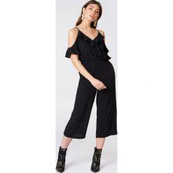 Kombinezony damskie: Boohoo Kombinezon z wycięciami na ramionach i falbaną – Black