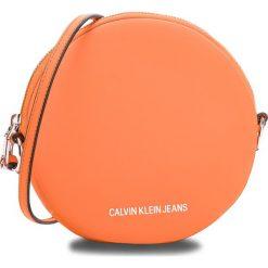 Torebka CALVIN KLEIN JEANS - Passenger Circle Bag K40K400722 802. Brązowe listonoszki damskie Calvin Klein Jeans, z jeansu. Za 349,00 zł.