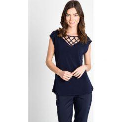 Bluzki damskie: Granatowa bluzka z ozdobnym dekoltem QUIOSQUE
