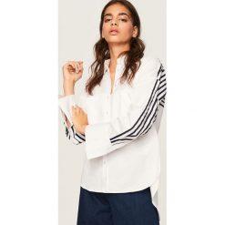 Koszula z paskami na rękawach - Biały. Białe koszule damskie marki Reserved, l, z dzianiny. Za 99,99 zł.