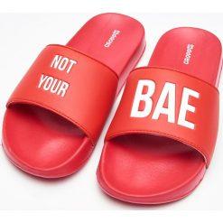 Chodaki damskie: Plażowe klapki z napisem – Czerwony