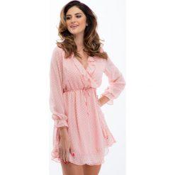 Pudrowy róż szyfonowa sukienka w białe grochy 21331. Białe sukienki marki Fasardi, l. Za 99,00 zł.