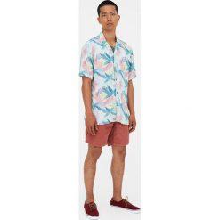 Koszula w tropikalne kwiaty. Niebieskie koszule męskie Pull&Bear, m, w kwiaty. Za 62,90 zł.