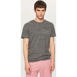T-shirty męskie: Melanżowy t-shirt z kieszonką – Jasny szar