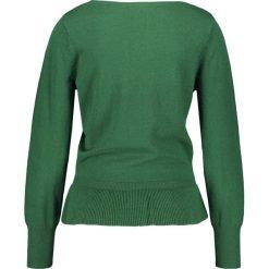 Swetry klasyczne damskie: Sweter z falbaną