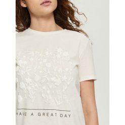 T-shirty damskie: T-shirt z kwiatową aplikacją – Kremowy