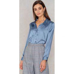 Rut&Circle Satynowa koszula Rebecka - Blue. Niebieskie koszule damskie Rut&Circle, z poliesteru. Za 104,95 zł.