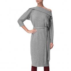 Sukienka w kolorze szarym. Szare sukienki marki BOHOBOCO, w paski, z tkaniny, z dekoltem w łódkę, midi, proste. W wyprzedaży za 909,95 zł.