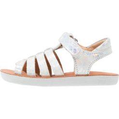 Shoo Pom GOA  Sandały silver. Białe sandały chłopięce Shoo Pom, z materiału, z otwartym noskiem. W wyprzedaży za 216,30 zł.