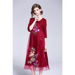 Sukienka w kolorze czerwonym. Czerwone sukienki marki Zeraco, z okrągłym kołnierzem, midi. W wyprzedaży za 379,95 zł.