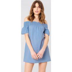 Debiflue x NA-KD Sukienka z odkrytymi ramionami - Blue. Niebieskie sukienki mini marki Reserved, z odkrytymi ramionami. Za 133,95 zł.