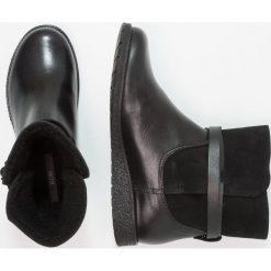 KIOMI Botki na koturnie black. Czarne botki damskie na zamek KIOMI, z materiału, na koturnie. W wyprzedaży za 272,35 zł.
