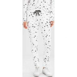 Juvia STAR JOGGER Spodnie treningowe white. Białe spodnie dresowe damskie Juvia, xl, z bawełny. W wyprzedaży za 431,20 zł.