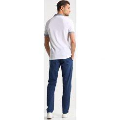 Lacoste Koszulka polo blanc/marine. Białe koszulki polo Lacoste, m, z bawełny. Za 409,00 zł.
