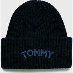 Tommy Hilfiger - Czapka. Czarne czapki zimowe damskie TOMMY HILFIGER, na zimę, z nadrukiem, z dzianiny. Za 229,90 zł.
