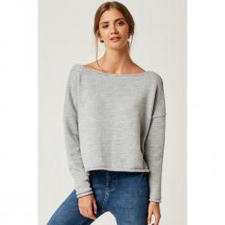 Sweter w kolorze szarym. Szare swetry klasyczne damskie marki SCUI, z dekoltem w łódkę. W wyprzedaży za 149,95 zł.