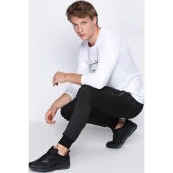 Ciemnoszare Spodnie Dresowe Tie the Best. Czarne spodnie dresowe męskie marki Born2be, l, z aplikacjami, z dresówki. Za 24,99 zł.