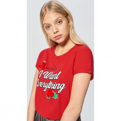 Świąteczna koszulka z aplikacją - Czerwony. Czerwone t-shirty damskie marki Cropp, l, z aplikacjami. Za 49,99 zł.