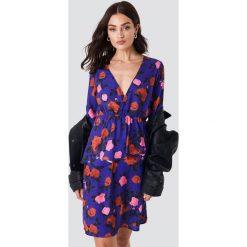 NA-KD Sukienka z dekoltem V i falbanką - Purple,Multicolor. Fioletowe sukienki mini marki NA-KD, z poliesteru, dekolt w kształcie v, z krótkim rękawem. Za 100,95 zł.