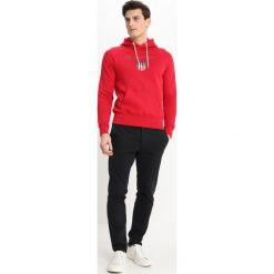 GANT SHIELD HOODIE Bluza z kapturem red. Niebieskie bluzy męskie rozpinane marki GANT. Za 419,00 zł.
