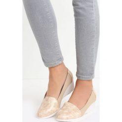 Beżowe Koturny Soraya. Brązowe buty ślubne damskie marki Born2be, ze skóry, z okrągłym noskiem, na niskim obcasie, na koturnie. Za 49,99 zł.