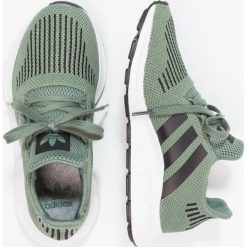 Adidas Originals SWIFT RUN  Tenisówki i Trampki trace green/core black/footwear white. Zielone trampki chłopięce marki adidas Originals, z materiału. Za 279,00 zł.