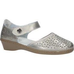 Srebrne półbuty skórzane na koturnie ażurowe Jezzi 8BL18-0260. Szare buty ślubne damskie marki Jezzi, w ażurowe wzory, na koturnie. Za 109,99 zł.