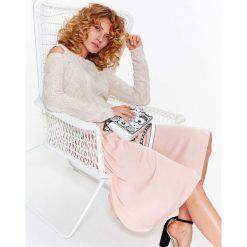Swetry klasyczne damskie: SWETER DAMSKI W WARKOCZE, ODKRYTE RAMIONA