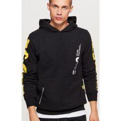 Bluza hoodie z grafiką na plecach - Czarny. Czarne bluzy męskie rozpinane marki Cropp, l. Za 129,99 zł.