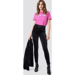 Galore x NA-KD Aksamitne spodnie z wysokim stanem - Black. Czarne spodnie z wysokim stanem Galore x NA-KD, w paski, z materiału. Za 161,95 zł.