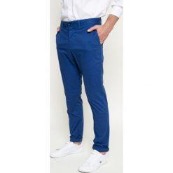 Lacoste - Spodnie. Szare rurki męskie marki Lacoste, z bawełny. W wyprzedaży za 299,90 zł.