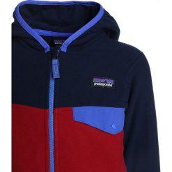 Patagonia BABY MICRO SNAP Kurtka z polaru classic red/navy blue. Czerwone kurtki chłopięce przeciwdeszczowe Patagonia, z materiału, sportowe. Za 269,00 zł.