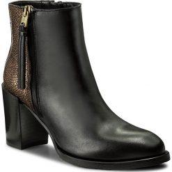 Botki TOMMY HILFIGER - Penelope 14C1 FW0FW01895 Black 990. Czarne buty zimowe damskie marki TOMMY HILFIGER, z materiału, z okrągłym noskiem, na obcasie. W wyprzedaży za 419,00 zł.