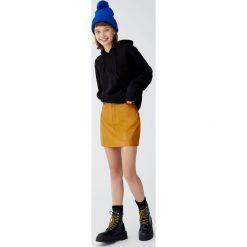 Minispódniczka ze sztucznej skóry z pięcioma kieszeniami. Szare spódniczki skórzane marki Pull&Bear. Za 89,90 zł.