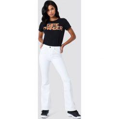Spodnie z wysokim stanem: Trendyol Rozszerzane jeansy z wysokim stanem – White