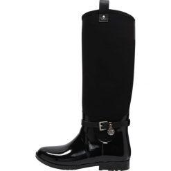 MICHAEL Michael Kors CHARM RAINBOOT  Kalosze black. Czarne buty zimowe damskie marki MICHAEL Michael Kors, z gumy, przed kolano, na wysokim obcasie. W wyprzedaży za 551,20 zł.