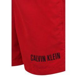 Calvin Klein Swimwear MEDIUM DOUBLE WAISTBAND Szorty kąpielowe salsa. Czerwone kąpielówki chłopięce Calvin Klein Swimwear, z materiału. Za 229,00 zł.