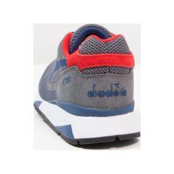 Diadora V7000 WEAVE Tenisówki i Trampki steel gray/estate blue. Szare tenisówki damskie Diadora, z materiału. W wyprzedaży za 274,50 zł.