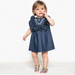 Denimowa, haftowana sukienka z falbankami 1 miesiąc-3 lata. Niebieskie sukienki dziewczęce marki La Redoute Collections, z haftami, z bawełny, bez rękawów, krótkie, mini. Za 70,52 zł.