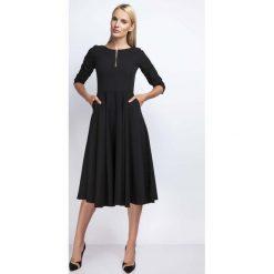 Czarna Rozkloszowana Sukienka za Kolano z Kontrastowym Zamkiem. Czarne sukienki na komunię marki Molly.pl, na imprezę, l, z kontrastowym kołnierzykiem, dopasowane. W wyprzedaży za 125,46 zł.
