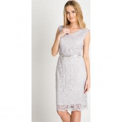 Szara koronkowa sukienka z paskiem QUIOSQUE. Szare sukienki balowe QUIOSQUE, s, w koronkowe wzory, z koronki, z kopertowym dekoltem, bez rękawów, midi, kopertowe. W wyprzedaży za 99,99 zł.
