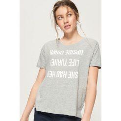 T-shirt z odwróconym napisem - Jasny szar. Szare t-shirty damskie marki Monnari, z napisami. W wyprzedaży za 14,99 zł.