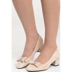 Beżowe Czółenka Dangerous Night. Brązowe buty ślubne damskie marki Born2be, z aplikacjami, ze skóry, z okrągłym noskiem, na słupku. Za 79,99 zł.