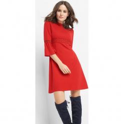 Sukienka z koronką. Czerwone sukienki dzianinowe marki Orsay, na co dzień, s, w koronkowe wzory, ze stójką, dopasowane. W wyprzedaży za 95,00 zł.