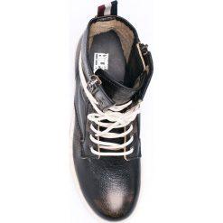 Hilfiger Denim - Botki. Czarne buty zimowe damskie Hilfiger Denim, z denimu, z okrągłym noskiem, na sznurówki. W wyprzedaży za 459,90 zł.