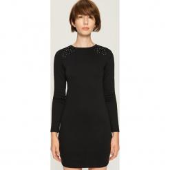 Sukienka z aplikacją - Czarny. Czarne sukienki z falbanami marki Sinsay, l, z aplikacjami. Za 49,99 zł.