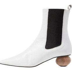 Topshop MAGICIAN Botki white. Białe botki damskie skórzane marki Topshop, klasyczne. Za 459,00 zł.