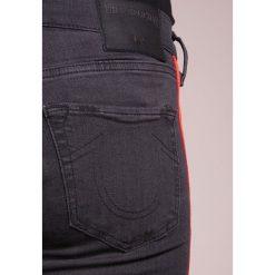 True Religion HALLE RED STRIPE Jeans Skinny Fit black denim. Czarne boyfriendy damskie True Religion, z bawełny. W wyprzedaży za 605,40 zł.
